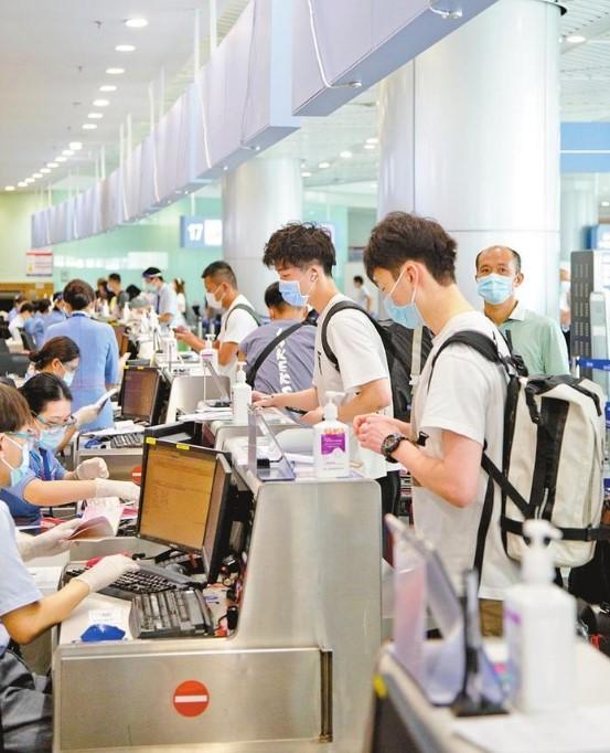蛇口邮轮母港值机柜台,搭乘客船经香港国际机场返校的留学生在办理值机手续。深圳特区报记者 刘羽洁 摄.jpg
